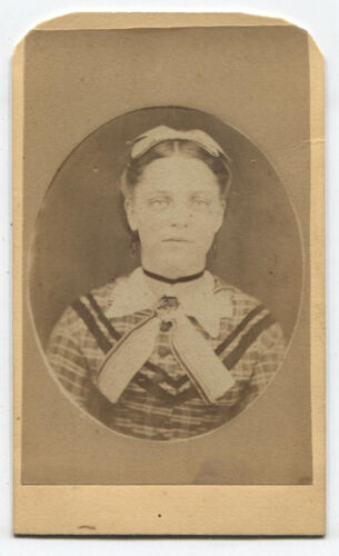 CDV YOUNG WOMAN IN BUSY PATTERNED DRESS. TRAVELING ARTIST BACK MARK.