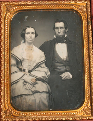 DAGUERREOTYPE COUPLE, CONVEX GLASS, 1/4 FULL UNION CASE. GEOMETRIC PATTERN.