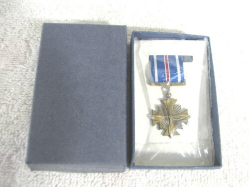 US MILITARY MEDAL SERVICE AWARD MINIATURE DISTINGUISHED FLYING CROSS 1969/80Medals, Pins & Ribbons - 104024