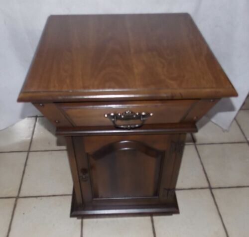 Mid Century Walnut Stained Formica Lift Top End Table / Side Table  (T845)