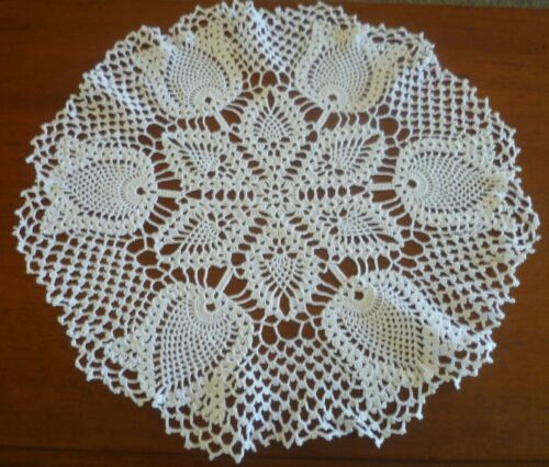 VINTAGE HAND CROCHETED WHITE PINEAPPLE DESIGN LARGE DOILEY / TABLE CENTRE 47 cms
