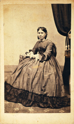 CDV YOUNG WOMAN IN ELEGANT DRESS