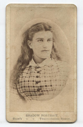 CDV BEAUTIFUL WOMAN IN LOVELY POSE. CHICAGO.