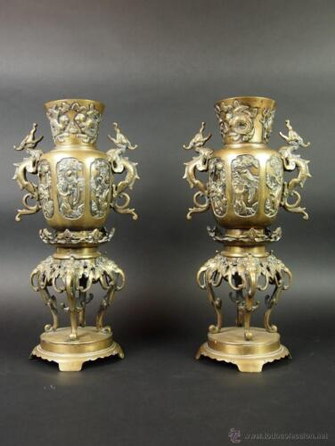COUPLE OF INCENSE BURNERS. BRONZE CAST AND DIE. QING DYNASTY, CHINA XIX.