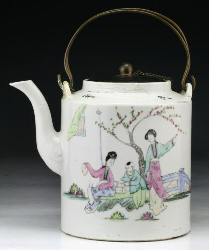 A CHINESE ANTIQUE FAMILLE ROSE PORCELAIN TEAPOT, QING DYNASTY