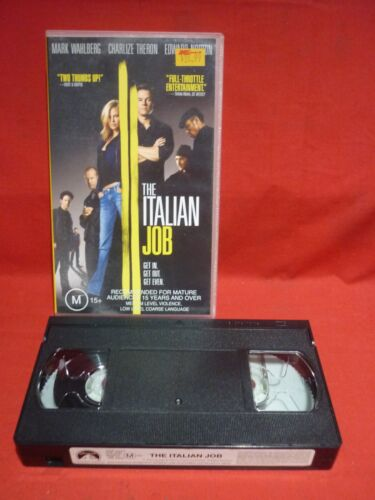 THE ITALIAN JOB with MARK WAHLBERG CHARLIZE THERON VHS VIDEO FILM WITH MINI CARS