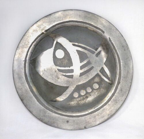 RARE MID-20TH C BRUTALIST PEWTER ROUND DISH, W/ABSTRACT FISH FIGURE, RAISED SILL