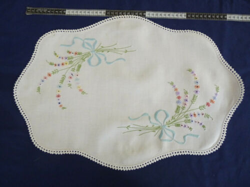 BOWS & BOUQUETS Vintage Hand Embroidered Table Centre Doily