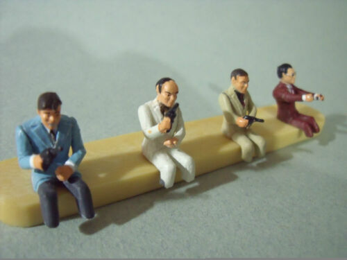 4  FIGURINES 1/43  SET 16   LA  MAFIA  EN  VOITURE   VROOM   UNPAINTED