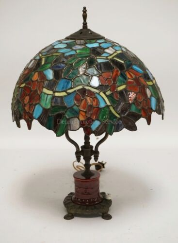 LEADED GLASS TABLE LAMP WITH A PORCELAIN AND CAST METAL BASE. 20 INC... Lot 1341