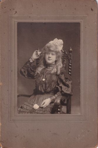 ANTIQUE CABINET CARD: SEDUCTIVE YOUNG LADY, BLONDE RINGLETS-SIEGEL ST.-CHICAGO