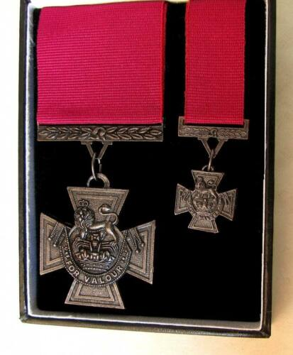 British & Commonwealth The Victoria Cross Medal Full & Mini Size Cased Set  Great Britain - 156410