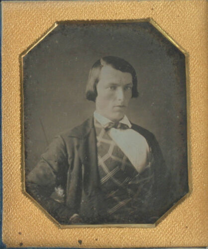 MAN PATTERNED VEST. TINTED, GOLD TONED EARLY DAGUERREOTYPE 6TH PLATE, FULL CASE.