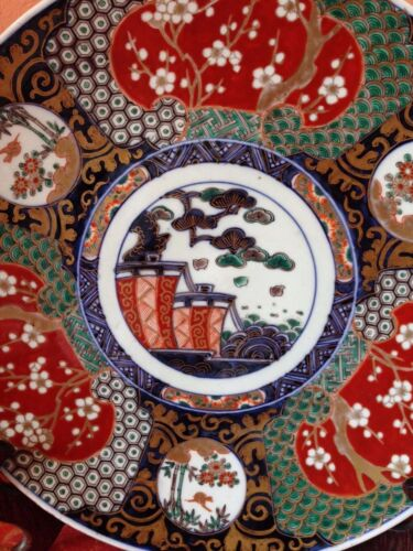 GORGEOUS ANTIQUE IMARI CHARGER. 13 2/8'' OVERALL DECORATION. GOOD CONDITION.