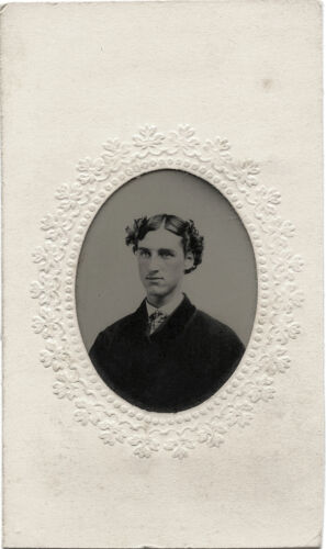 ANTIQUE TINTYPE PHOTO PORTRAIT OF A YOUNG HANDSOME MAN