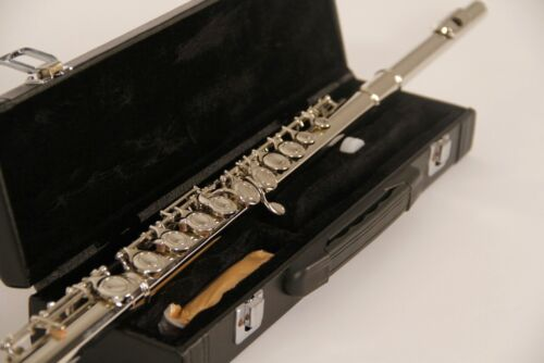 BRAND NEW STUDENT TO INTERMEDIATE SILVER CONCERT BAND FLUTE-WITH YAMAHA PADS