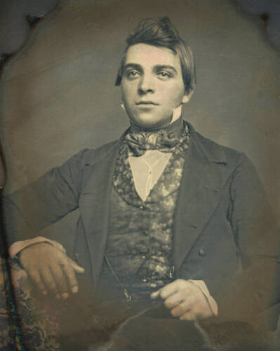 EARLY 1/6 PLATE DAGUERREOTYPE PORTRAIT OF A YOUNG HANDSOME MAN