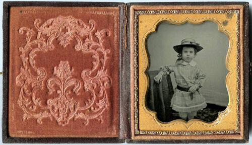 1/6 PLATE AMBROTYPE PHOTO PORTRAIT OF A CHARMING LITTLE GIRL WEARING HAT