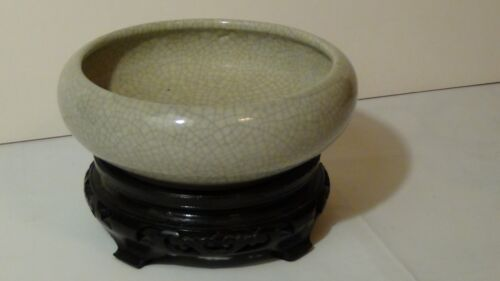ANTIQUE CHINESE GU CRACKLE GLAZE BRUSH WASHER ON WOOD CARVED STAND.