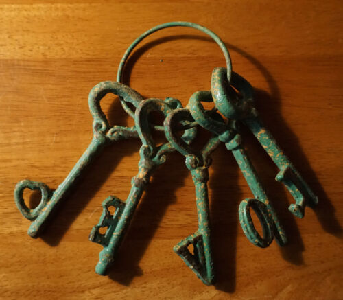 5 Rustic Green Patina Cast Iron Heart Skeleton Keys Primitive Style Home Decor