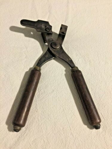 WINCHESTER REPEATING ARMS 32 CALIBER BULLET MOLD/ WOODEN HANDLES/ MARKEDOther Militaria - 135