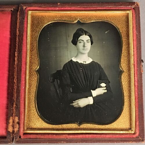 1/6 PLATE DAGUERREOTYPE OF YOUNG WOMAN WITH DAG CASE, MOURNING? NO WIPE MARKS