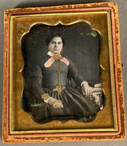 1/6 PLATE DAGUERREOTYPE OF YOUNG WOMAN, HAND COLORED, GOLD JEWELRY, SHARP FOCUS