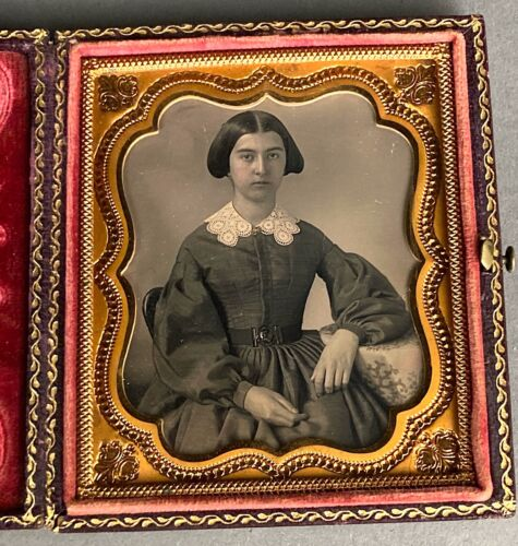 1/6 PLATE DAGUERREOTYPE ATTRACTIVE YOUNG WOMAN, NO WIPE MARKS, PUSH-BUTTON CASE
