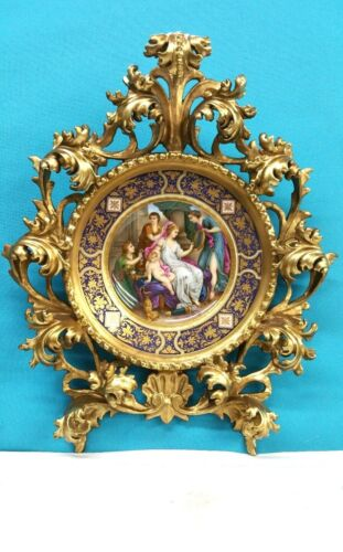 ANTIQUE HAND PAINTED ROYAL VIENNA PLATE IN ROCOCO GILT WOOD FRAME