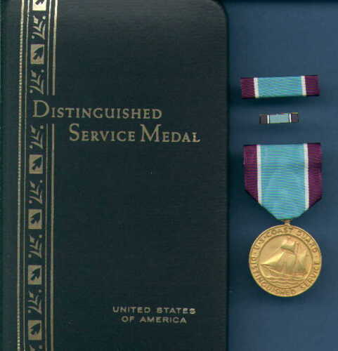 Coast Guard Distinguished Service medal cased set with ribbon bar lpin ShipOther Militaria - 135