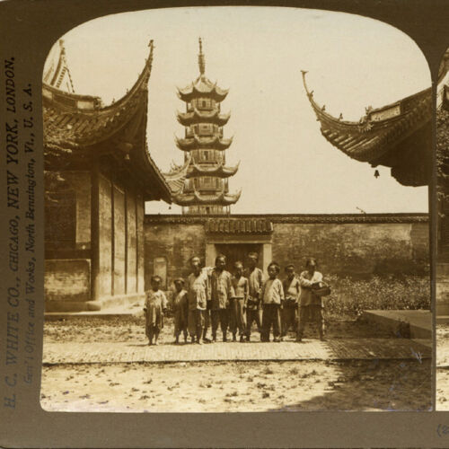 China, Shanghaï: Chinese Kids in front of Longhua pagoda - Old Stereoview Photo