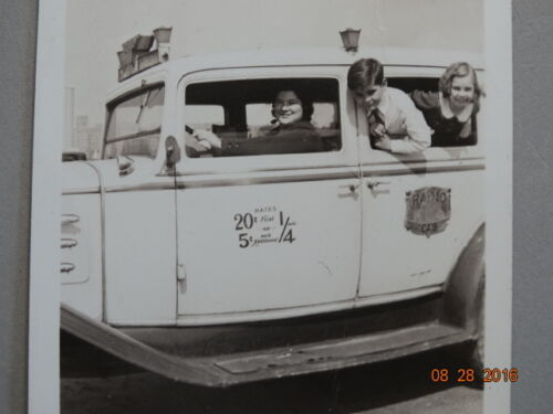 Orig SNAPSHOT 1930s FEMALE TAXI CAB DRIVER with 2 VERY HAPPY KIDS in RADIO CAB