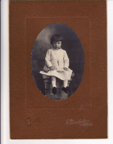 A little girls with a strange necklace Oval portrait Rome 1910c Schemboche L473