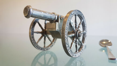 VINTAGE MINIATURE CANNON. BRITISH MADE, QUALITY PIECE, GOOD CONDITION.