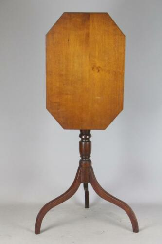 A 18TH C PORTSMOUTH NEW HAMPSHIRE HEPPLEWHITE TILT TOP CANDLESTAND IN MAPLE