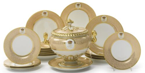 A FLIGHT, BARR AND BARR CRESTED PART DINNER SERVICE CIRCA 1815 plates/tureen/++