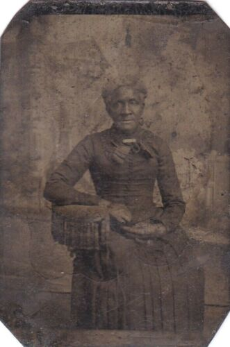 VINTAGE BLACK AFRICAN AMERICAN WOMAN WITH GLOVES OR DEFORMED HANDS TINTYPE PHOTO