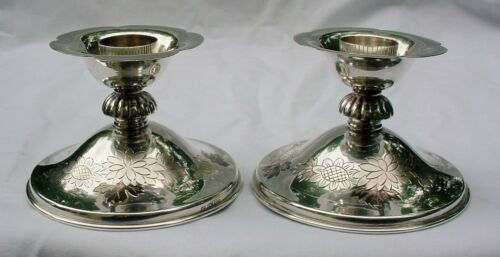 FINE OLD JAPANESE 950 STERLING SILVER DECORATED CANDLESTICKS, SIGNED