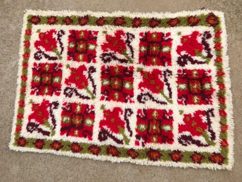 VINTAGE RED & OFF WHITE FLORAL TULIPS LATCH HOOK RUG