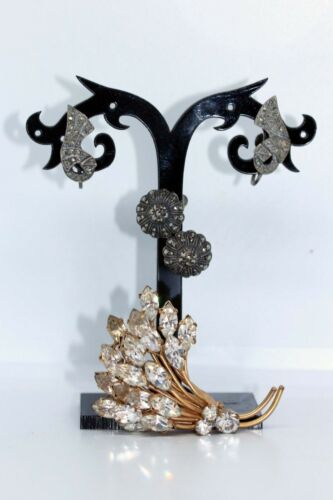 THREE PIECES OF 1940s MUST HAVE JEWELLERY - Brooch good, earrings as found