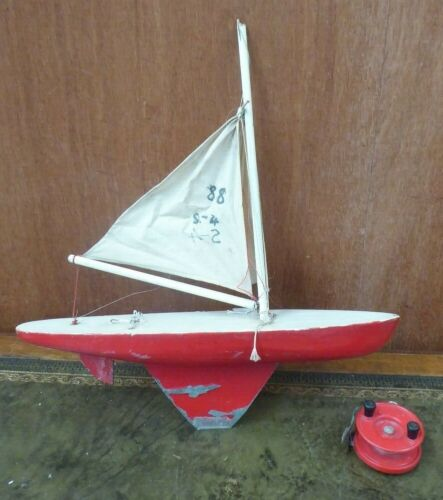 VINTAGE WOODEN MODEL SAILING BOAT HULL POND YACHT OLD  RED PLASTIC FISHING REEL